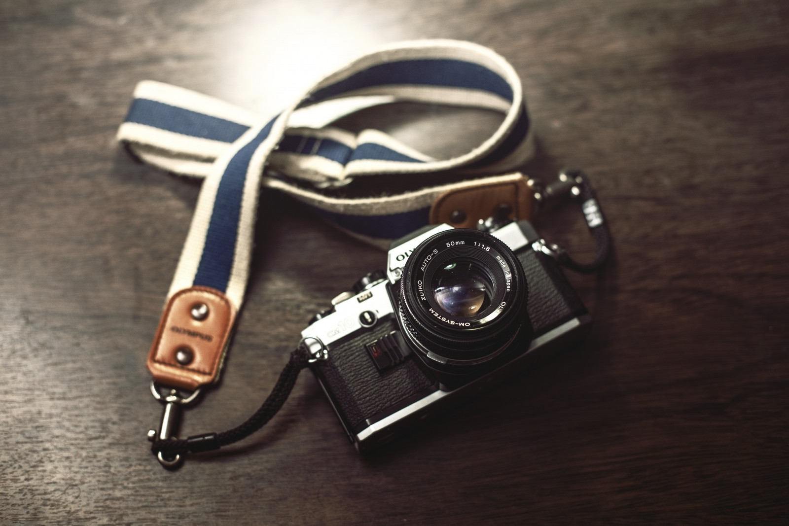 aerial-view-of-vintage-camera-on-table